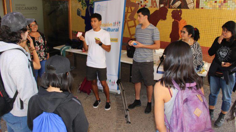 Estudiantes que participan como Tutores Pares Interculturales junto a estudiantes UC explicando una dinámica en el contexto de la actividad de bienvenida de 2019.