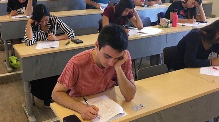 Estudiantes de primer año en sala de clases rindiendo una prueba de diagnóstico.