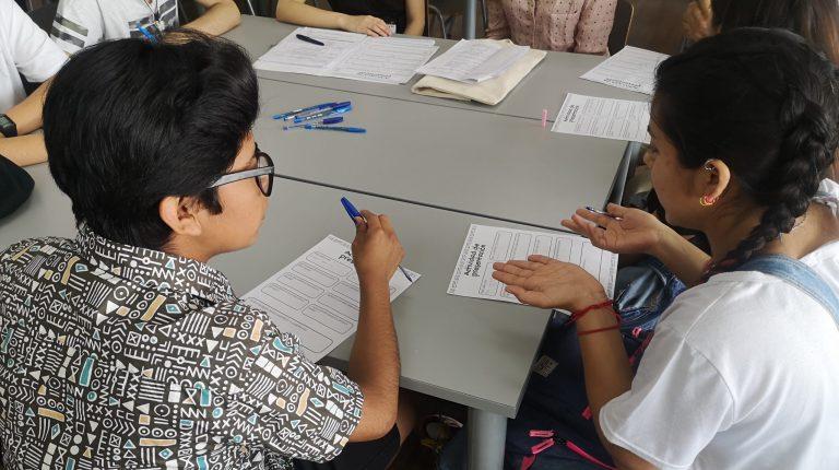 Estudiante recibiendo tutoría.