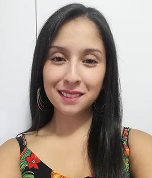 Rostro de profesional de PIANE UC, Camila Quintero, sobre fondo blanco.
