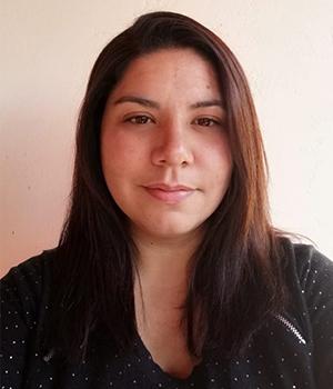 Foto facial Secretaria Administrativa de PIANE, Carla Arriaza, en fondo blanco.