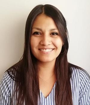 Foto facial de profesional de Graduación Efectiva, Macarena Cabezas, en fondo blanco.