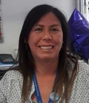 Foto facial de Paola Pereira, funcionaria de la Dirección de Inclusión UC. sobre fondo blanco.