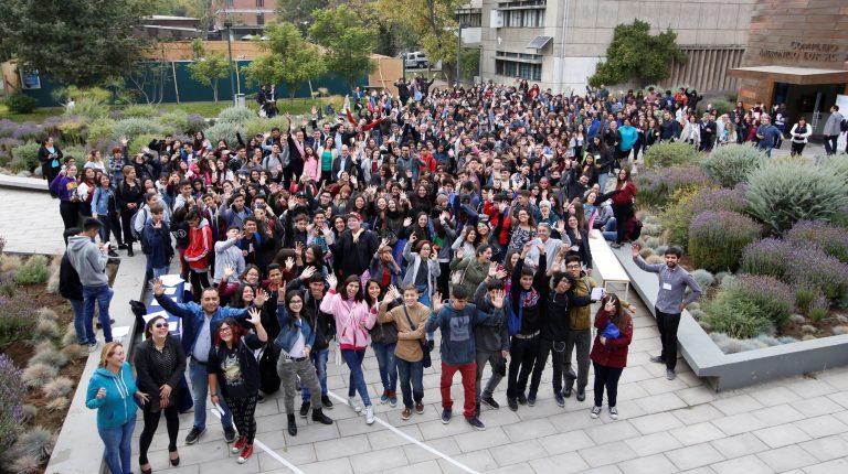 Cientos de estudiantes del programa PACE UC, mirando a la cámara.