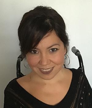 Foto facial de Coordinadora de PIANE, Andrea Vásquez, en fondo gris.