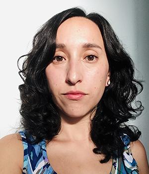 Foto facial profesional de Graduación Efectiva, Nicole Suid, en fondo blanco.