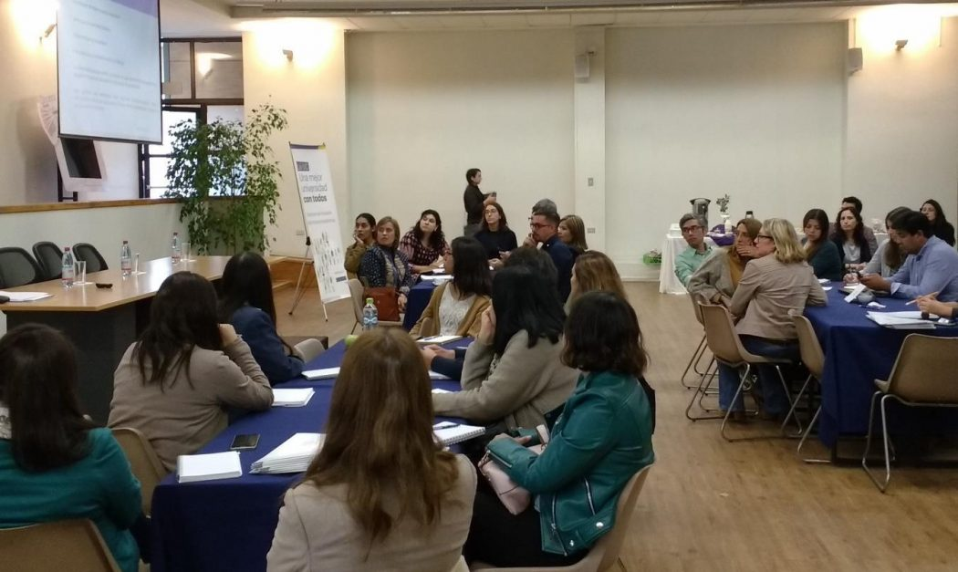 Profesionales y profesores de diversas Unidades Académicas reunidos en salón de College UC en reunión informativa de la Dirección de Inclusión para las distintas carreras.