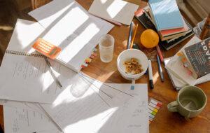 Mesa con libros, apuntes y materiales