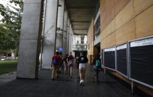 Fotografía estudiantes de espalda caminando en campus San Joaquín