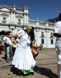 Un grupo de músicos y danzantes afrochilenos de Arica y Parinacota baila en la plaza ante el palacio presidencial de La Moneda, en Santiago de Chile. Crédito: ACNUDH