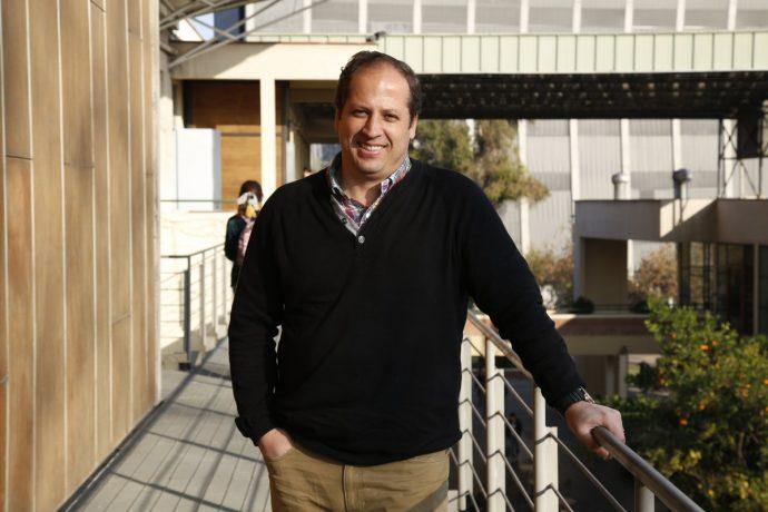Vicerrector Académico UC Fernando Purcell, mirando a la cámara.