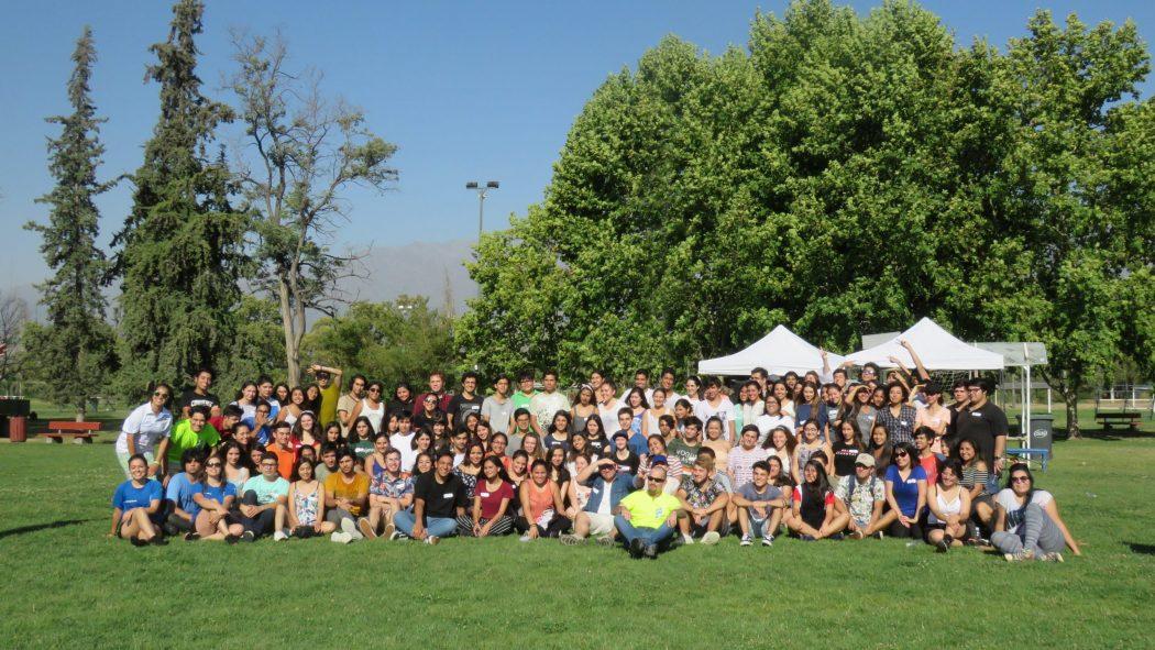Grupo de más de cincuenta nuevos estudiantes (novatos) que ingresaron en 2019 a la UC por la vía Talento e Inclusión, en tres filas en explanada del área de Deportes del Campus San Joaquín, en el contexto de la Jornada de Inserción en enero del mismo año.