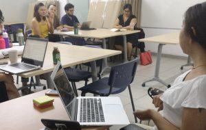 En la foto, Andrea Vásquez, coordinadora de PIANE UC expone frente a 6 profesores de Letras UC sobre adecuaciones y acompañamiento para estudiantes con Necesidades Educativas Especiales.